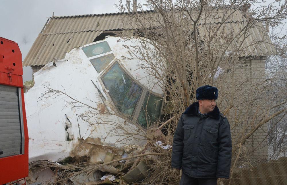 Według danych władz Kirgistanu Boeing spadł w rejonie działkowym, zniszczone zostały 32 domy.