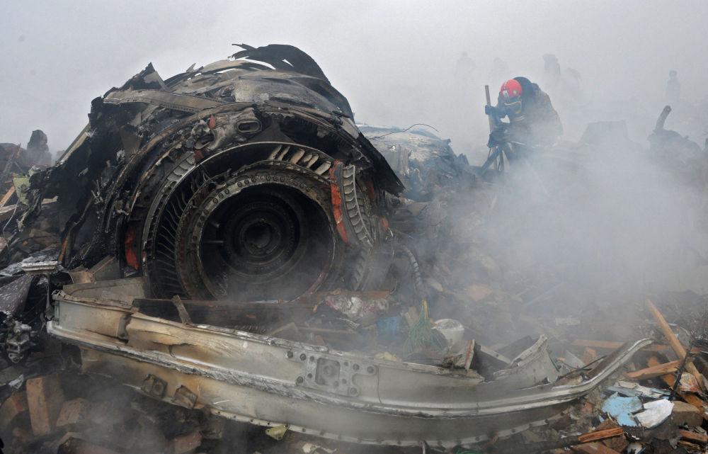 W wyniku upadku samolotu trzech członków załogi zginęło na miejscu, a pilot został przywieziony do szpitala w stanie szoku, gdzie zmarł.