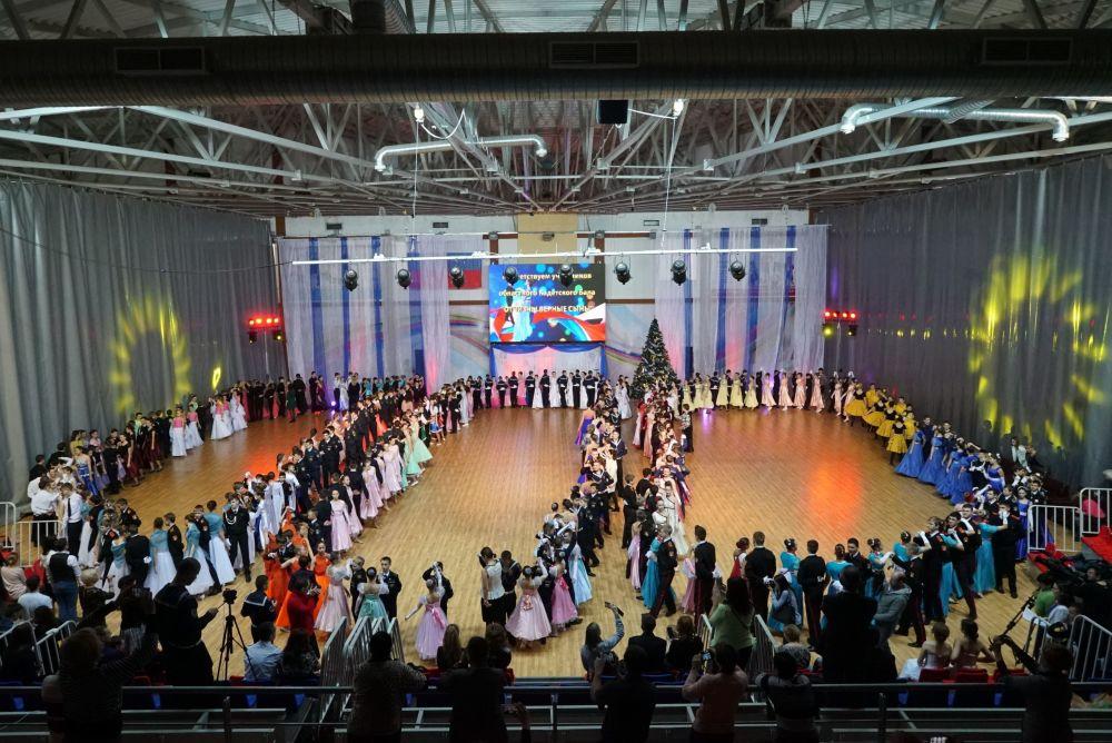 Bal bożonarodzeniowy odbył się w ramach regionalnego przeglądu-konkursu  wojskowo-patriotycznego klas kadeckich już po raz dziewiąty.