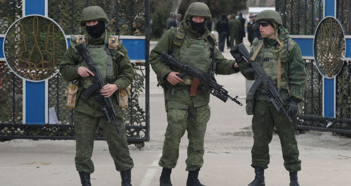 Wojskowi pod budynkiem sztabu Marynarki Wojennej Ukrainy