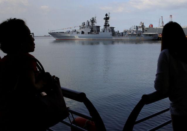 Niszczyciel rakietowy Admirał Tribuc zawijający do portu