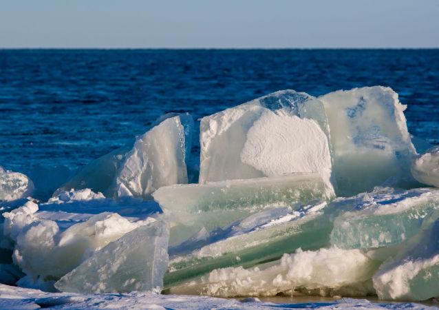 Lód na jeziorze Onega w Karelii