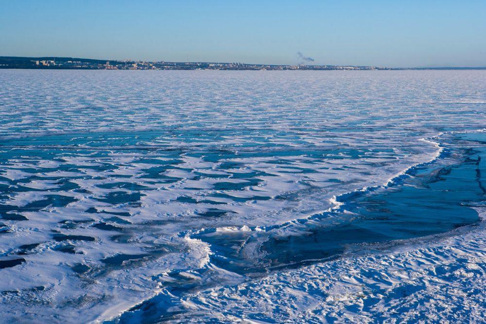 Widok na miasto Pietrozawodsk z jeziora Onega w Karelii