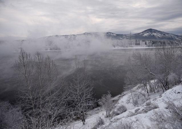 Rzeka Jenisej, miasto Sajanogorsk w Chakasji
