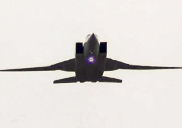 Naddźwiękowy bombowiec strategiczny rosyjskich Sił Powietrzno-Kosmicznych Tu-22M3 w czasie nalotu na obiekty PI
