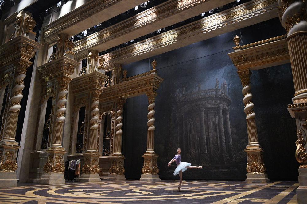 W balecie występuje Narodowa Artystka Rosji, primabalerina Swietłana Zacharowa. Po porannym treningu odbywa ona próbę na Scenie Historycznej Państwowego Akademickiego Teatru Wielkiego Rosji.