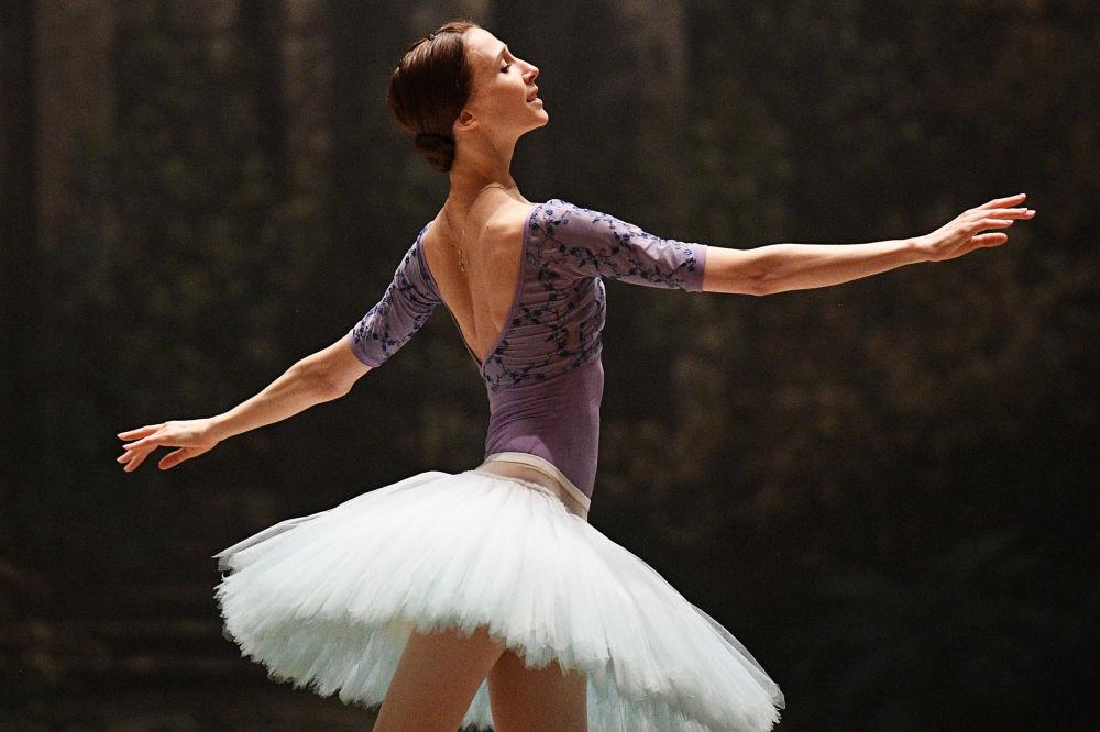 """Swietłana Zacharowa na próbie partii Aurory z baletu P.I. Czajkowskiego """"Śpiąca Królewna""""."""