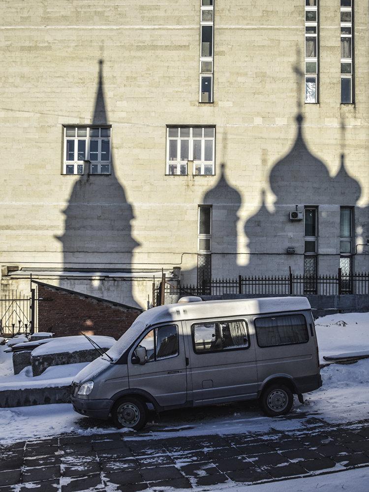 """Cień cerkwi św. Włodzimierza w """"Starych Sadach na ścianie Państwowej Publicznej Biblioteki Historycznej, która znajduje się obok świątyni."""