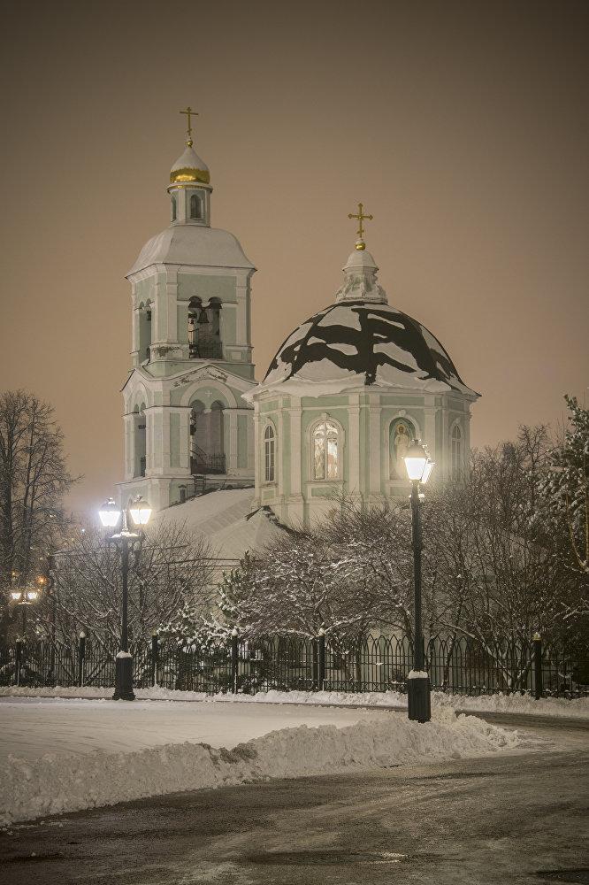 """Cerkiew Ikony Matki Boskiej """"Źródło Ożywiające mieści się na południu rosyjskiej stolicy, na terenie parku muzealnego Carycyno. Świątynię zbudowano w XVIII wieku, kiedy Moskwa oczywiście jeszcze tam nie sięgała."""