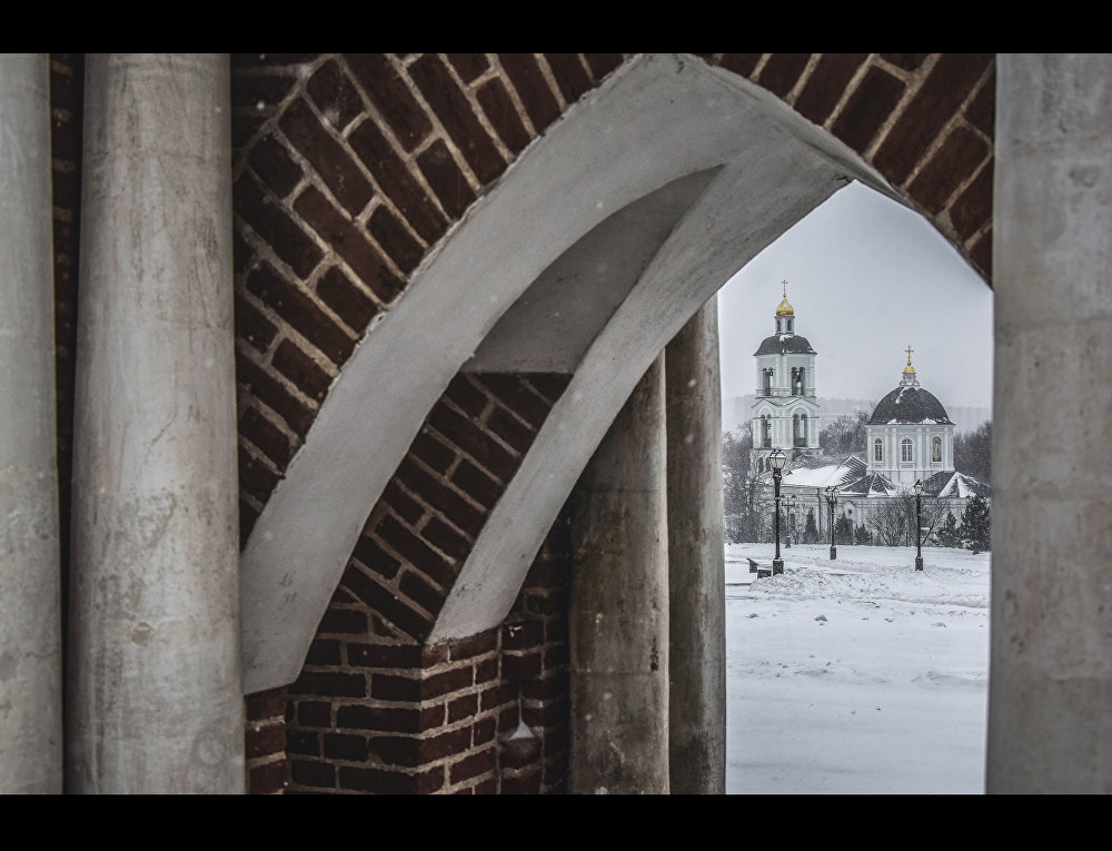 """Kamienny budynek cerkwi Ikony Matki Boskiej """"Źródło Ożywiające wzniesiony zamiast drewnianego został wykonany w stylu baroku czasów Elżbiety Romanowej (baroku """"jelizawetyńskiego"""")."""