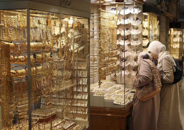 Kobiety oglądają ozdoby na witrynie sklepu jubilerskiego w Damaszku. Zdjęcie archiwalne