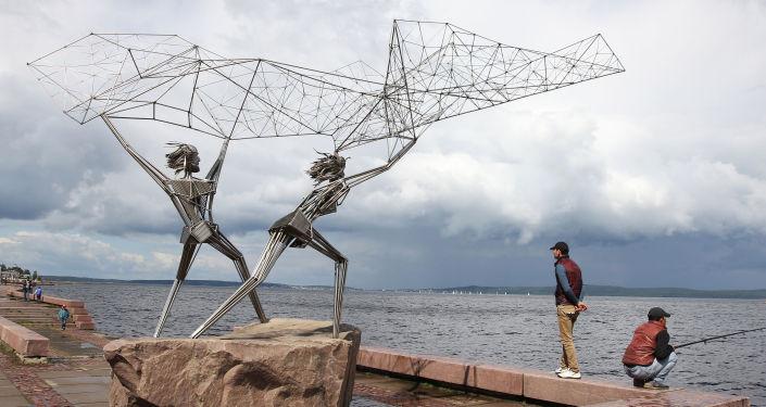 """Rzeźba """"Rybacy"""" na Bulwarze Oneskim w Petrozawodzku"""