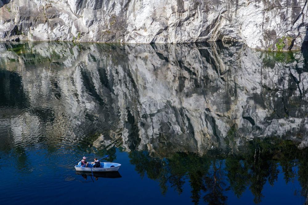 """Marmurowy kanion w parku górskim """"Ruskeała"""" w rejonie Kondopożskim Republiki Karelii"""