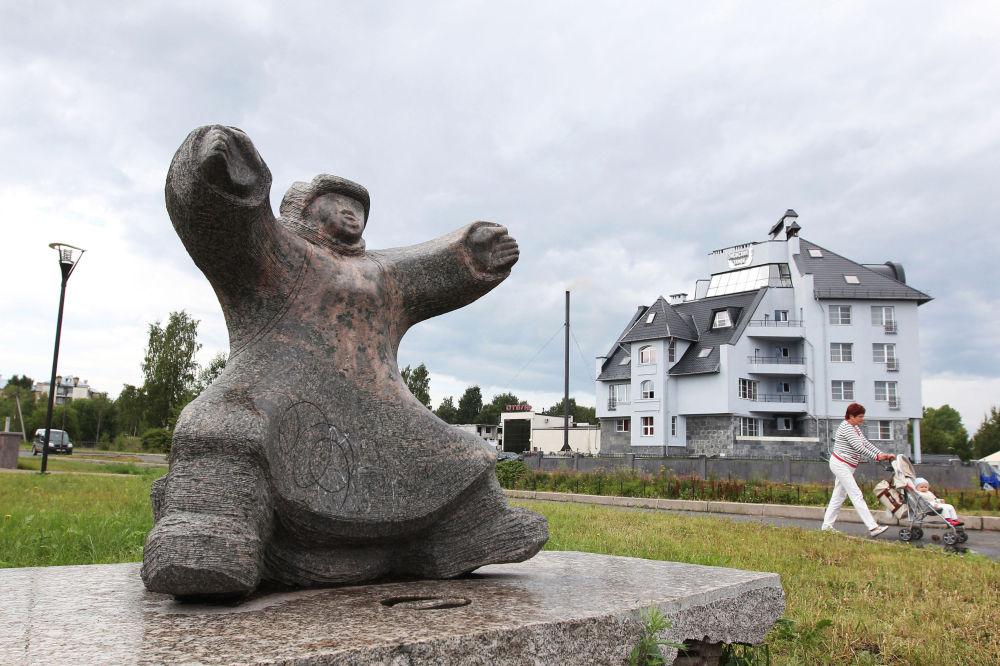 """Rzeźba """"Mieszkaniec Północy"""" na Bulwarze Oneskim w Petrozawodzku"""