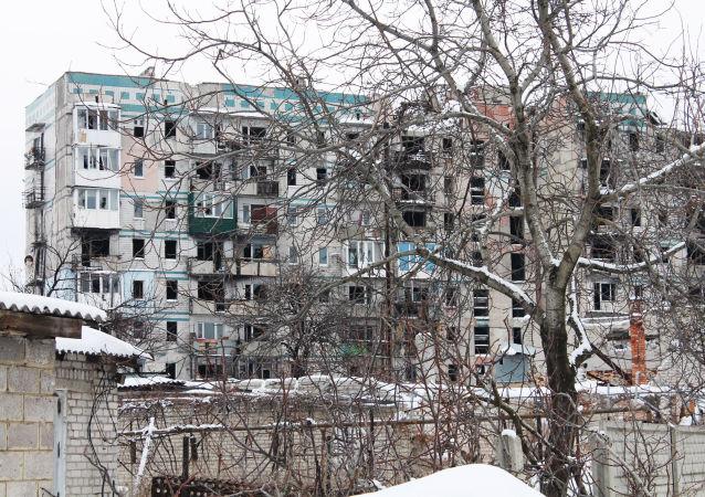 Rozwalony blok na jednej z ulic Doniecka