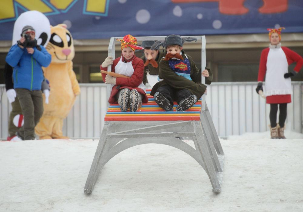 Uczestnicy podczas wyścigu na sankach domowej roboty Wyścigi nowatorskie, które odbyły się na Worobiowych Wzgórzach w Moskwie