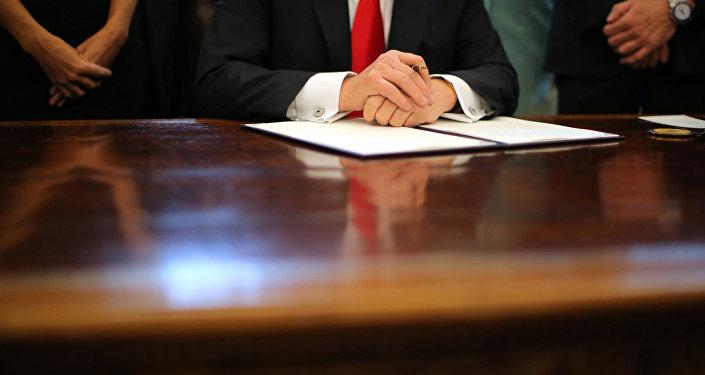 Prezydent Donald Trump podpisuje dekret w sprawie polityki imigracyjnej kraju