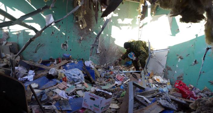 Zniszczony w wyniku ostrzałów zakład fryzjerski. Donieck