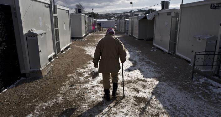 Syryjski uchodźca w obozie dla uchodźców na północ od Aten