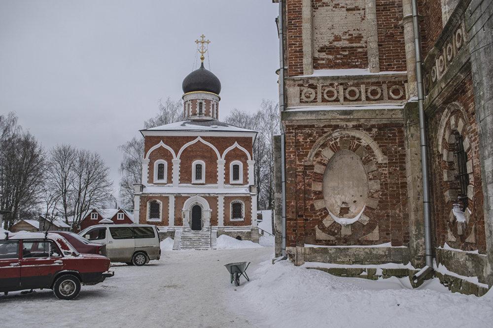 Cerkiew Świętych Apostołów Piotra i Pawła została wzniesiona na miejscu Dawno-Nikolskiej katedry, która zawaliła się w XIX wieku.