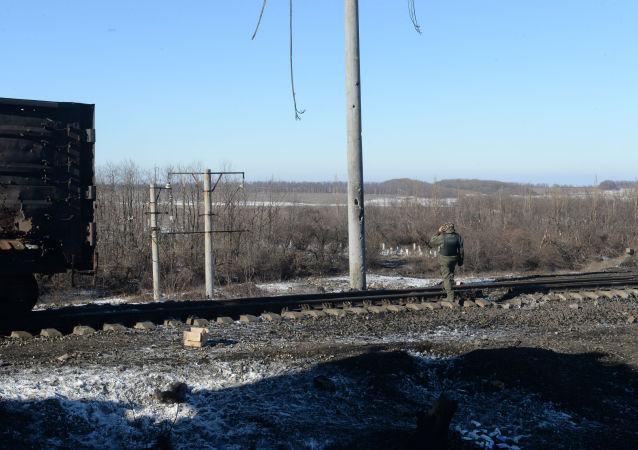 Powstaniec Ługańskiej Republiki Ludowej bada pozycje ukraińskich wojsk