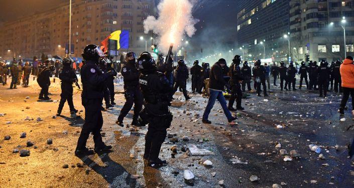 Rumuńskie oddziały policji rozpylają gaz łzawiącego podczas starć z protestującymi w trakcie masowych antyrządowych demonstracji w Bukareszcie