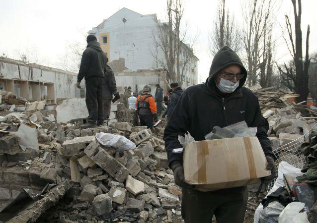 Usuwanie gruzów po ostrzale Doniecka