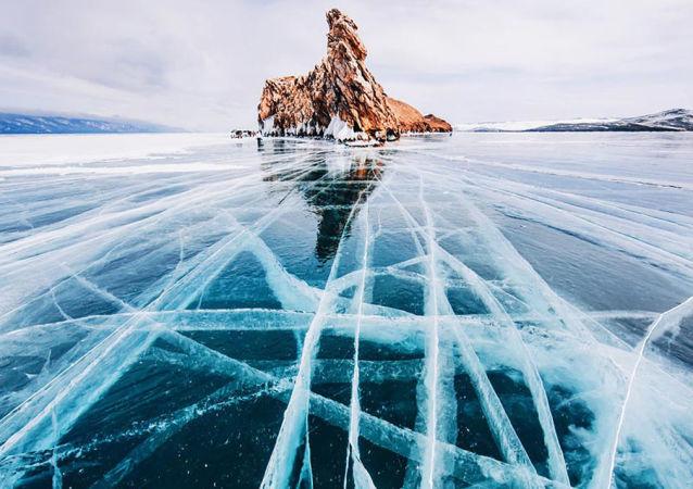 Zamarznięte jezioro Bajkał