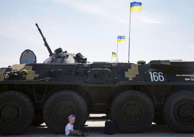 Transportery opancerzone BTR-80 na lotnisku wojskowym w Czugujewie w obwodzie charkowskim