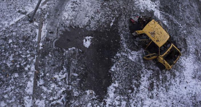 Samochód w Doniecku, uszkodzony w rezultacie ostrzału