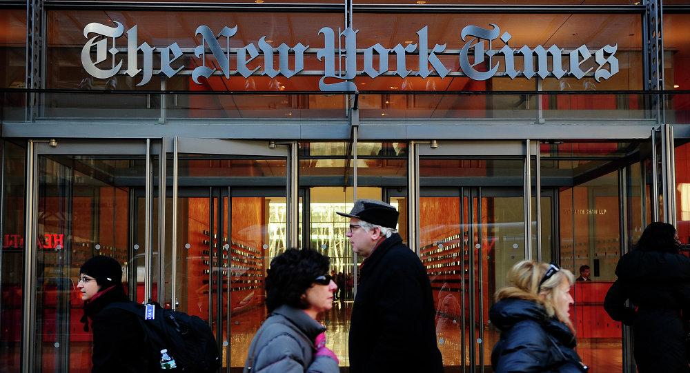 Przechodnie przed wejściem do siedziby The New York Times