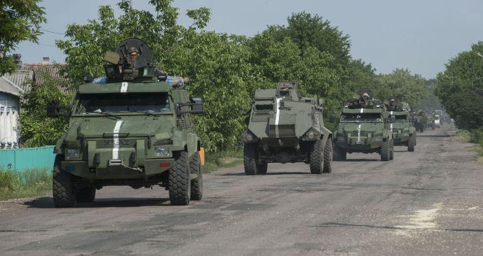Konwój pojazdów opancerzonych ukraińskiej armii w obwodzie donieckim