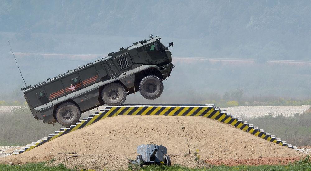 """Samochód pancerny """"Tajfun-K"""" podczas prezentacji sprzętu wojskowego w ramach przygotowań do międzynarodowego forum wojskowo-technicznego """"Armia-2015"""" w obwodzie moskiewskim."""