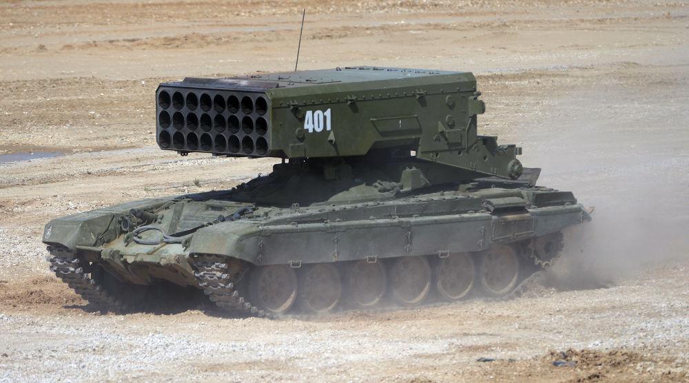 Wieloprowadnicowa wyrzutnia rakietowa TOS-1A na podwoziu czołgu T-72 podczas pokazu sprzętu wojskowego w obwodzie moskiewskim.