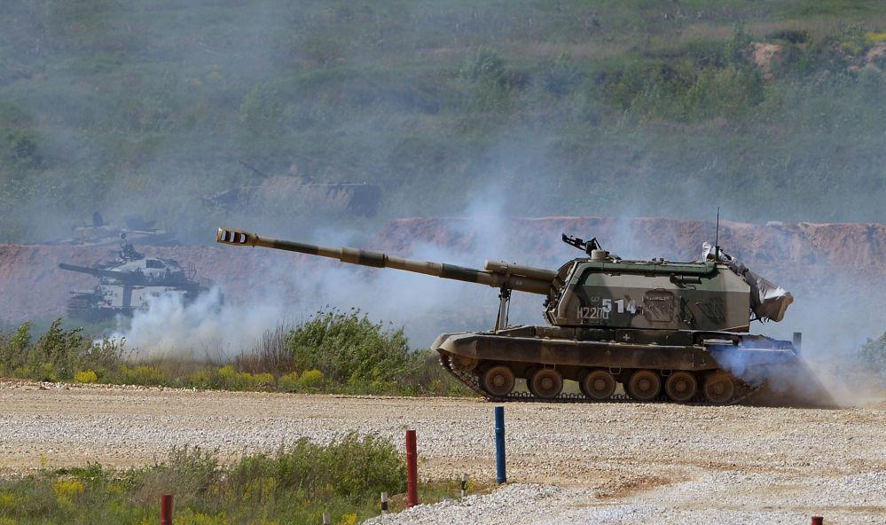 Samobieżna haubicoarmata MSTA-S podczas pokazu sprzętu wojskowego w obwodzie moskiewskim.