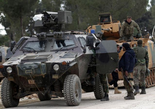 Tureccy wojskowi i żołnierzе Wolnej Armii Syrii na przedmieściach Al-Bab