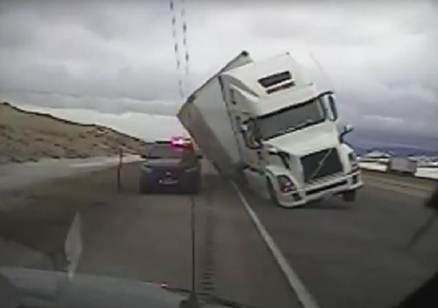 W USA wiatr przewrócił ciężarówkę