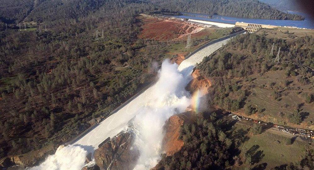 Władze Kalifornii ogłosiły ewakuację tysięcy ludzi mieszkających poniżej zapory wodnej Oroville