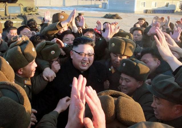 Przywódca Korei Północnej Kim Dzong Un podczas wystrzału testowego pocisku balistycznego Pukguksong-2