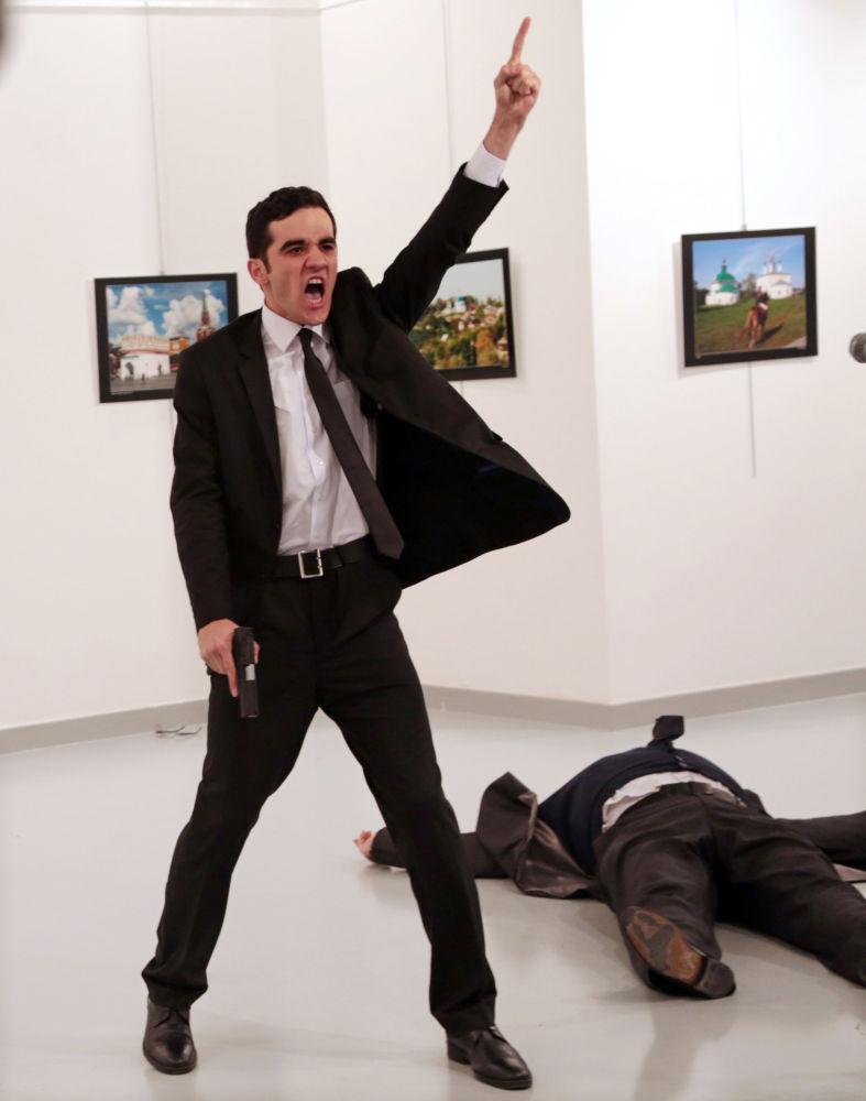 Główną nagrodę 60. edycji konkursu World Press Photo otrzymał Burhan Ozbilici z Associated Press za zdjęcie zabójcy rosyjskiego ambasadora w Turcji Andreja Karłowa.