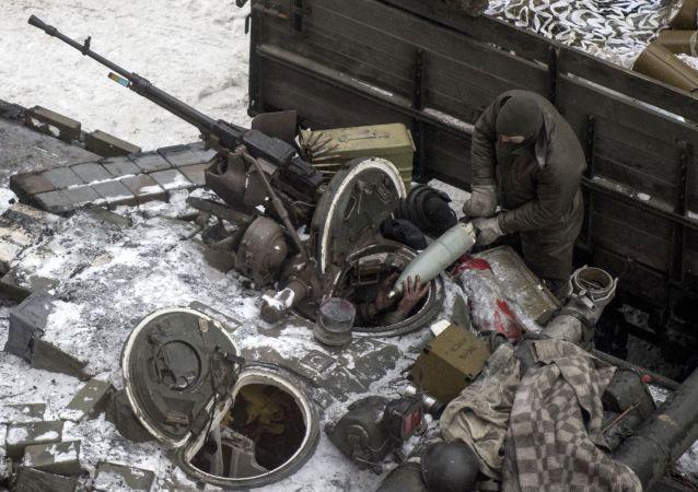 Ukraiński wojskowy ładuję amunicję do czołgu w Awdijiwce
