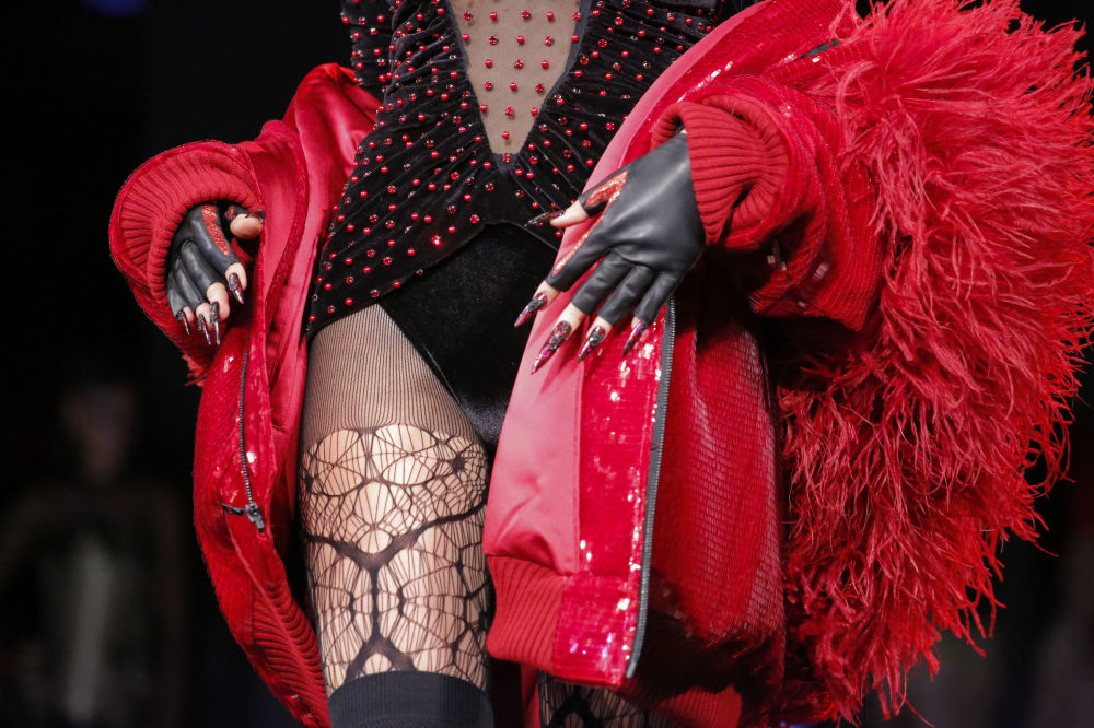 Model prezentuje kolekcję Blonds podczas Tygodnia Mody w Nowym Jorku
