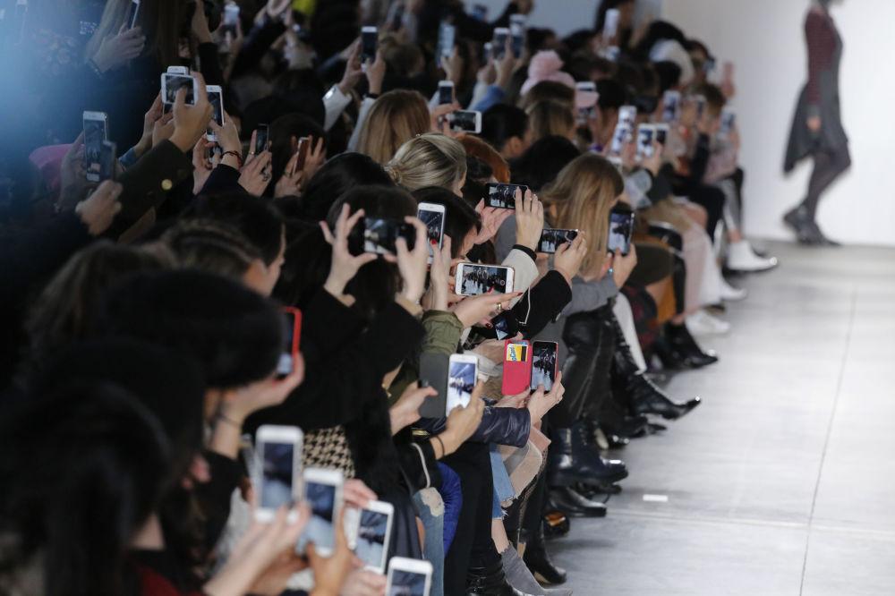 Widzowie w trakcie pokazu Verdad podczas Tygodnia Mody w Nowym Jorku