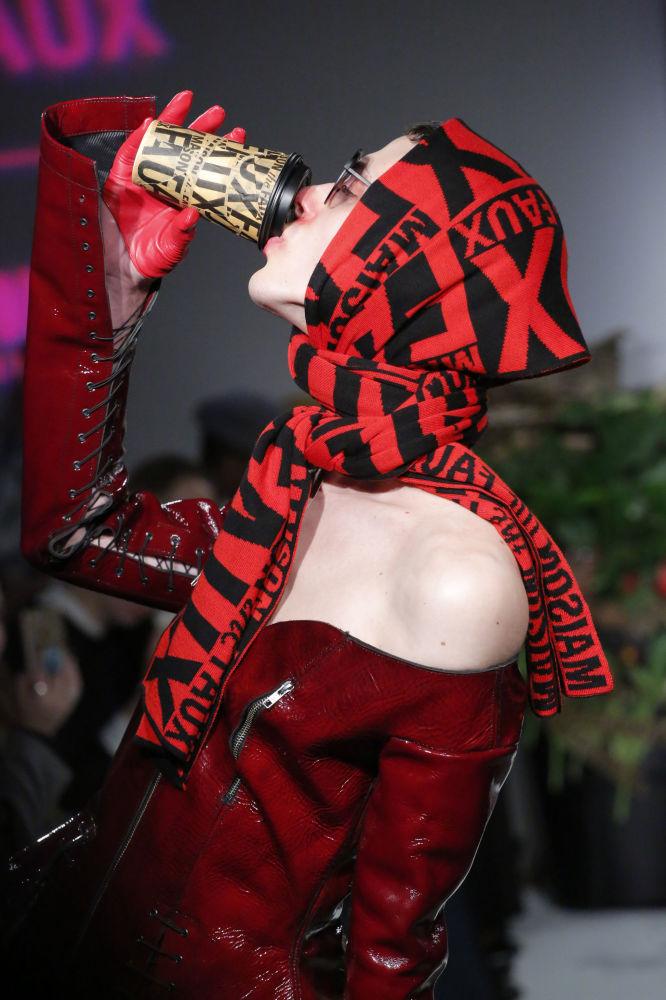 Model prezentuje kolekcję Maison the Faux podczas Tygodnia Mody w Nowym Jorku