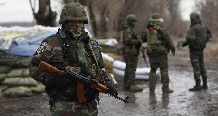 Ukraińscy wojskowi w punkcie kontrolnym w obwodzie donieckim. Zdjęcie archiwalne