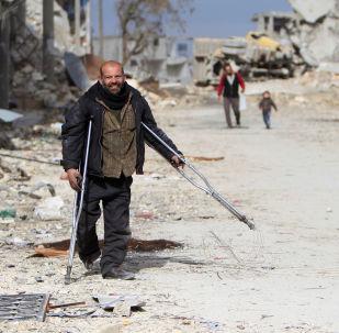 Mężczyzna w zniszczonej dzielnicy Aleppo