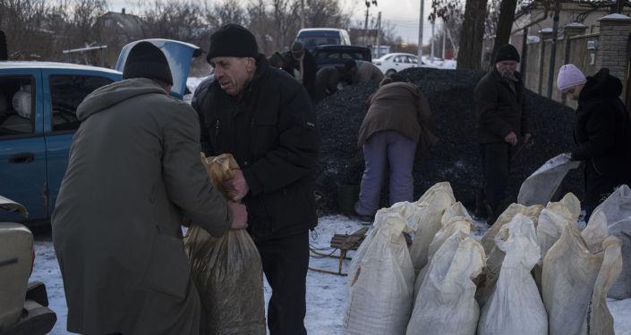 Mieszkańcy wioski Wesełoje w obwodzie donieckim otrzymują węgiel