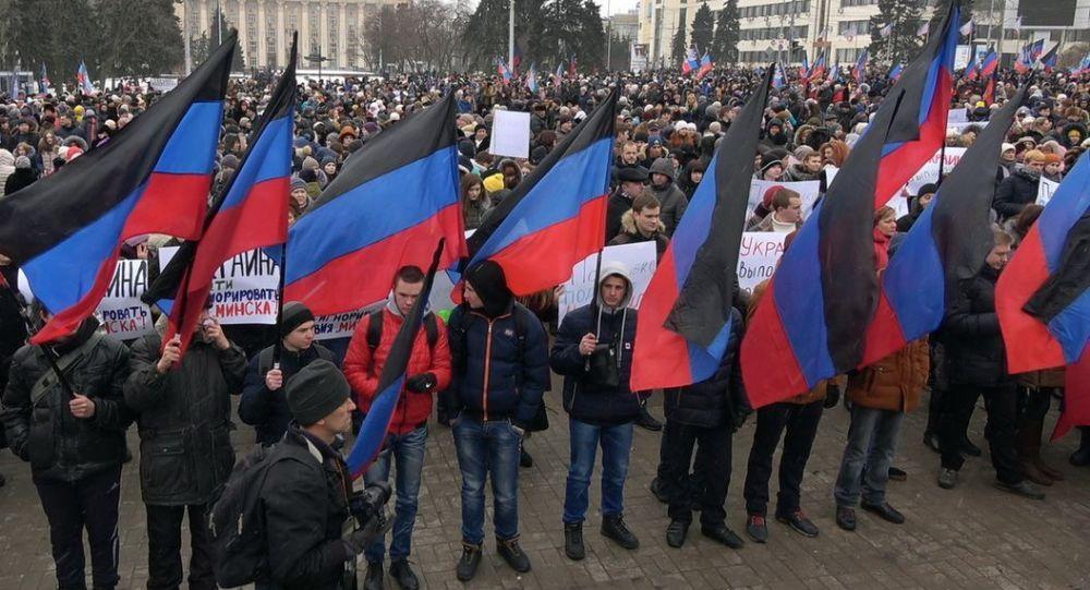 Demonstracja w Doniecku w drugą rocznicę podpisania rezolucji Rady Bezpieczeństwa ONZ w sprawie Ukrainy