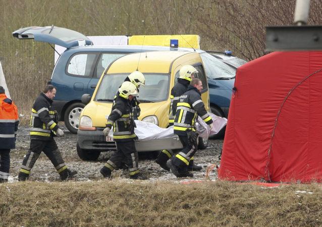 Ratownicy ewakuują ofiary wypadku kolejowego w Belgii