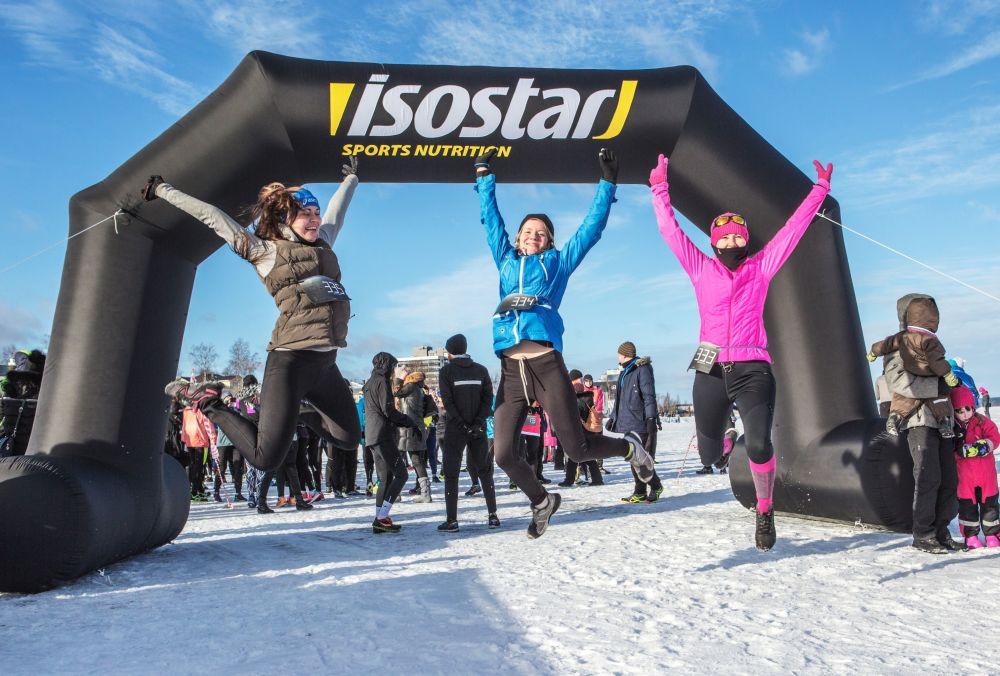 Uczestnicy przed startem maratonu odbywającego się w ramach Międzynarodowego Zimowego Festiwalu Hiperborea w Karelii.
